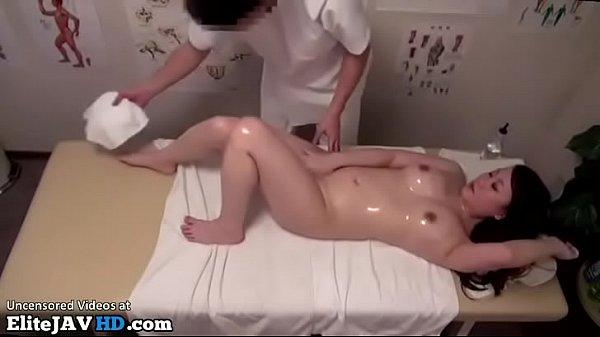 Сучка в возрасте удовлетворяет двух молодчиков в толчке
